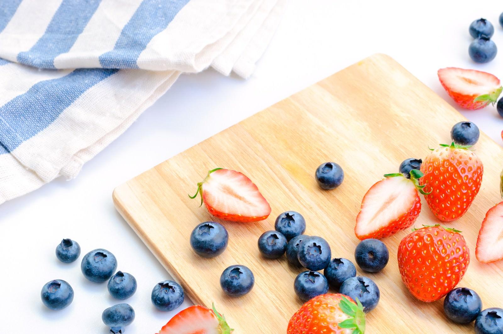 「甘いイチゴとブルーベリー甘いイチゴとブルーベリー」のフリー写真素材を拡大