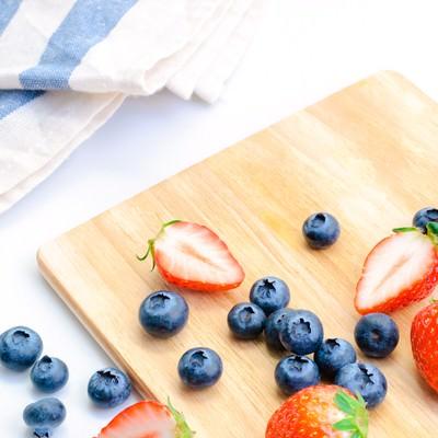 甘いイチゴとブルーベリーの写真