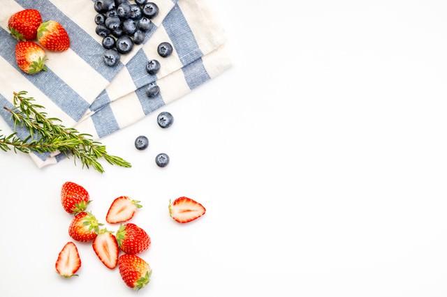 鮮やかな苺とブルーベリーの写真