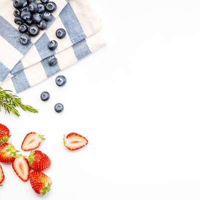 「鮮やかな苺とブルーベリー」の写真素材