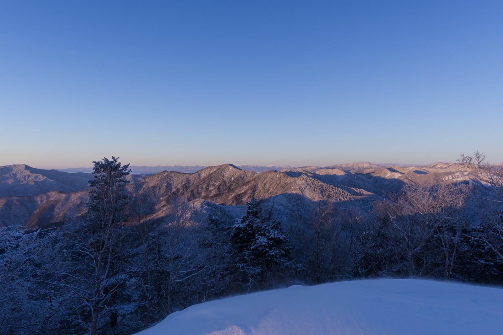 「朝日が当たる奥秩父の山々(雲取山)」の写真