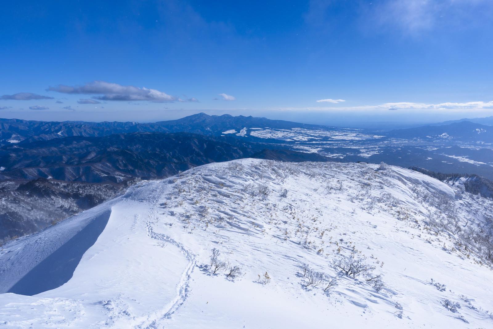 「上州武尊山の稜線へと続く足跡」の写真