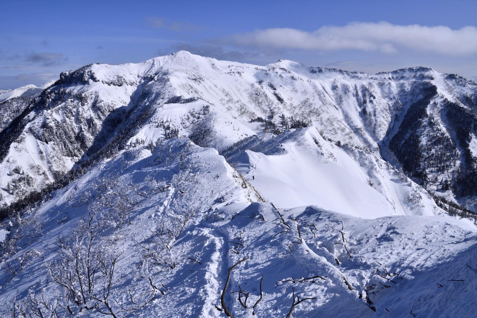 「雪で覆われた上州武尊山(じょうしゅうほたかやま)」の写真