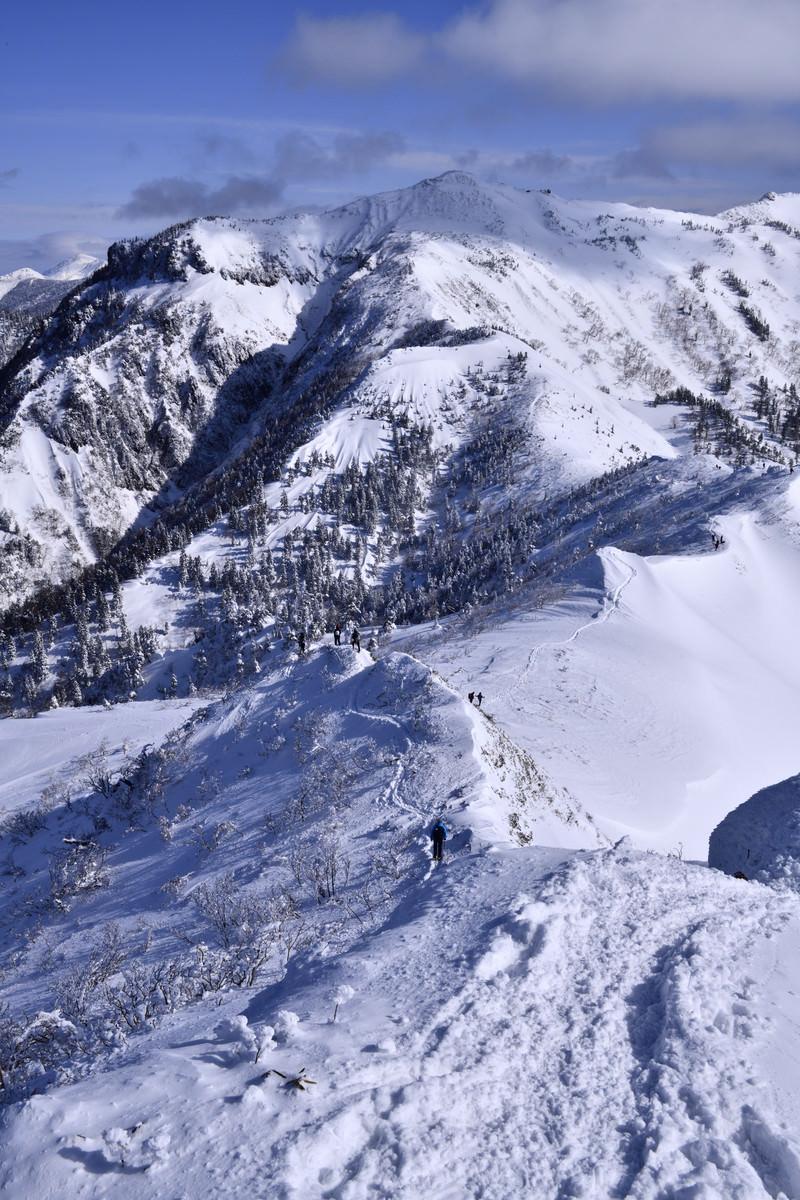 「厳冬の上州武尊山を歩く登山者」の写真
