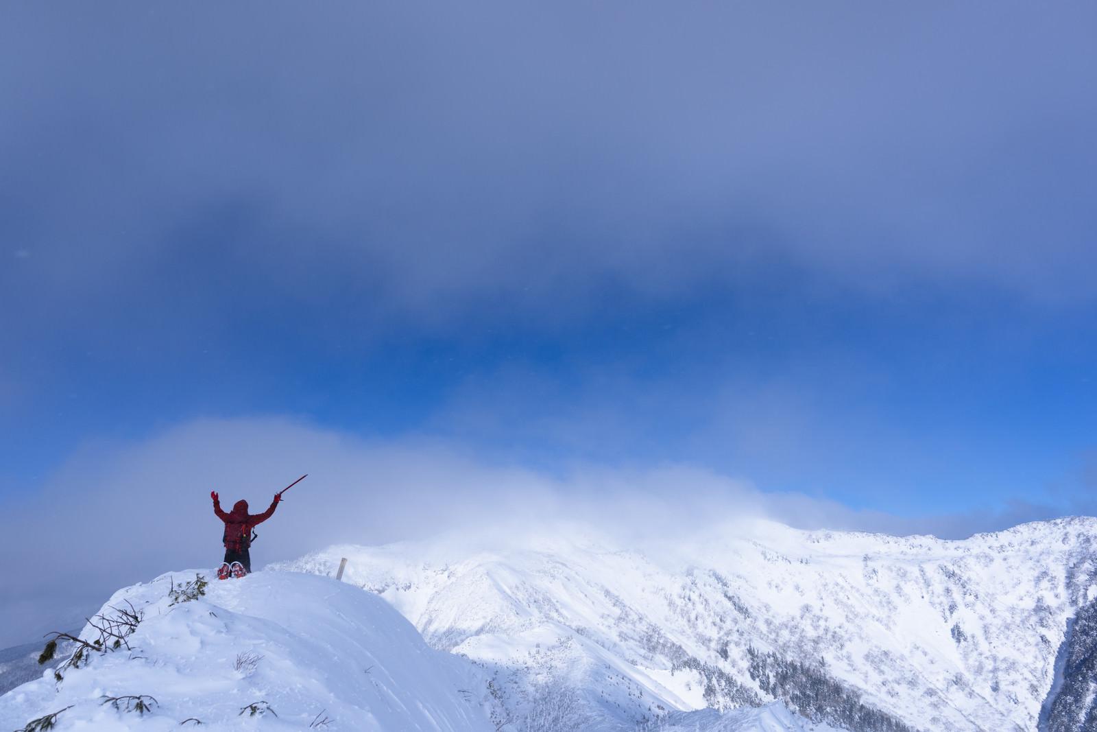 「冬の登山道に膝をつく登山者(上州武尊山)」の写真