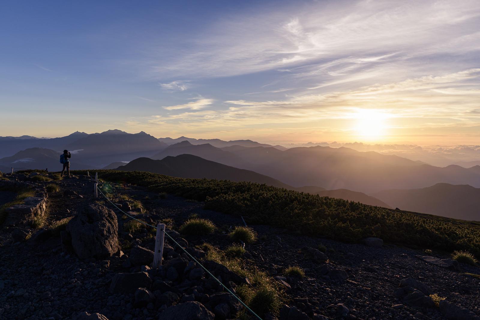 「ご来光を撮影する登山者(乗鞍岳)」の写真