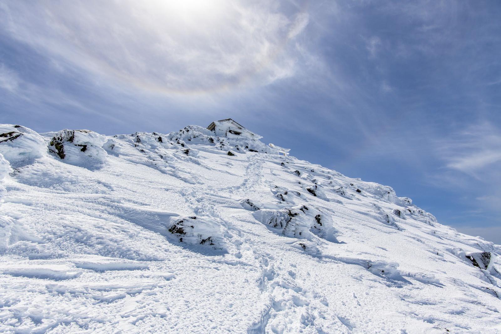 「冬の乗鞍岳山頂とハロ(暈)」の写真