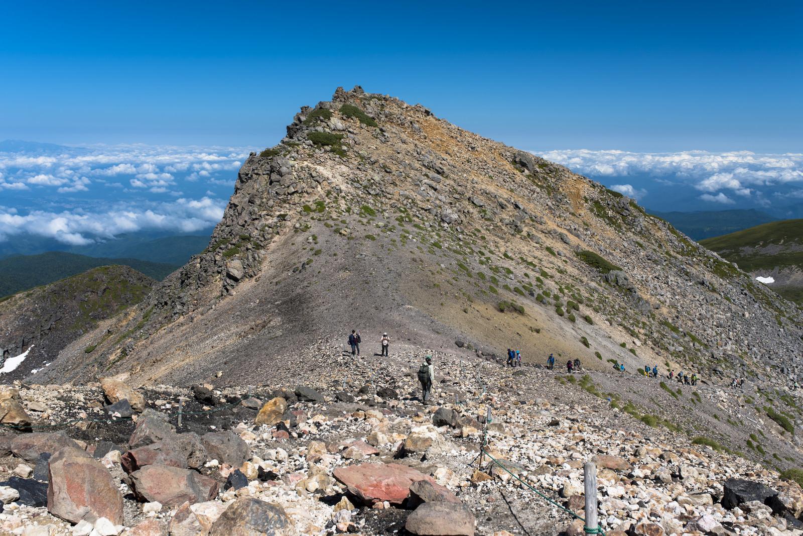 「乗鞍岳山頂へと向かう登山者たち」の写真