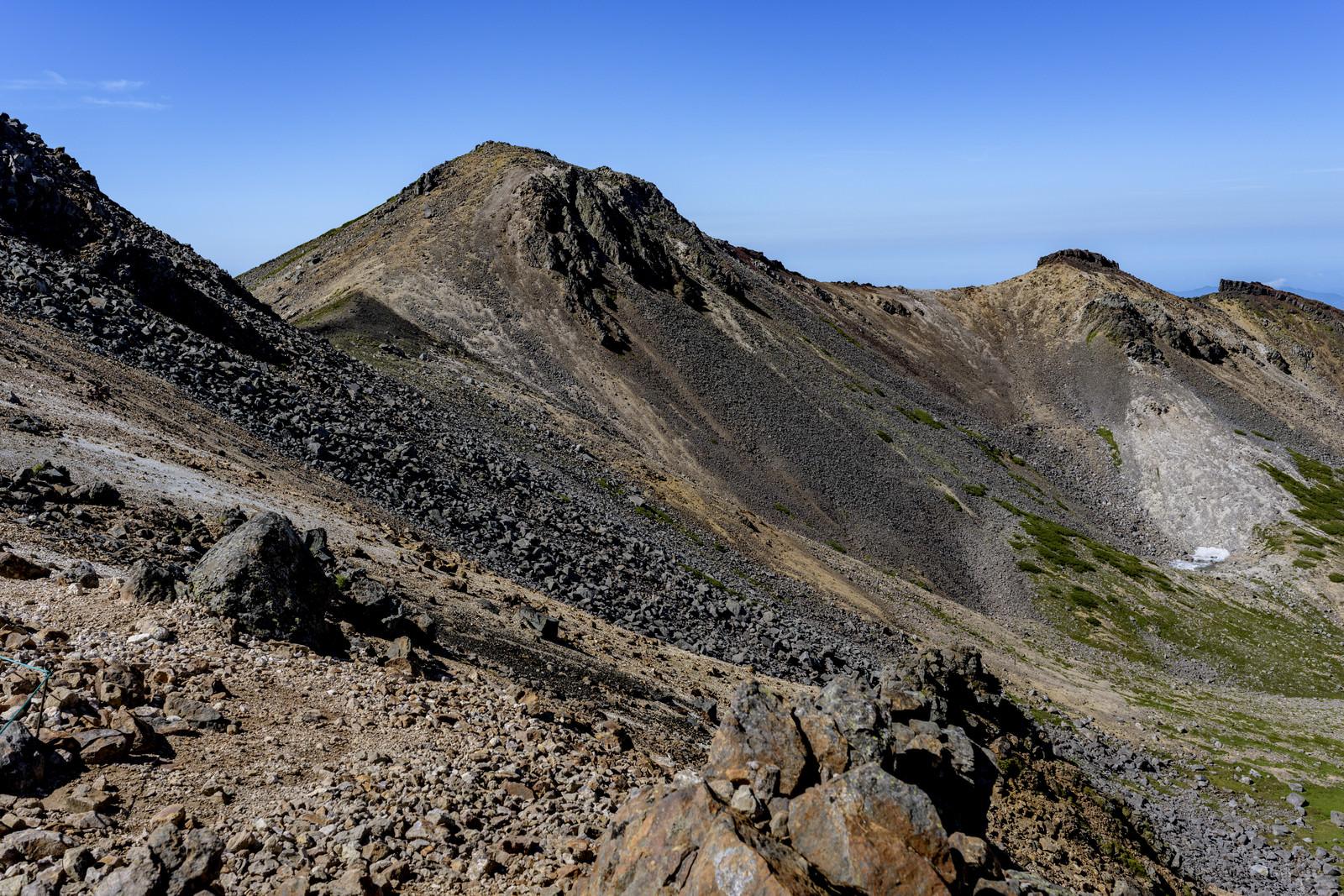 「岩だらけの乗鞍岳稜線」の写真
