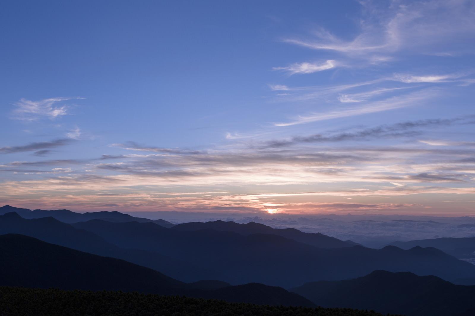 「日の出を迎える乗鞍岳の空」の写真