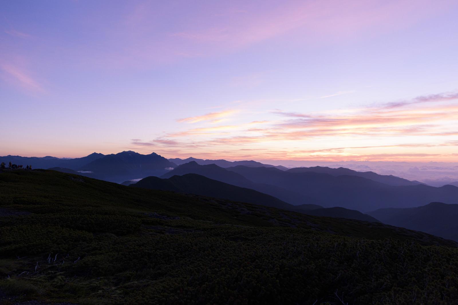 「紫色に染まる空とアルプスの景色」の写真