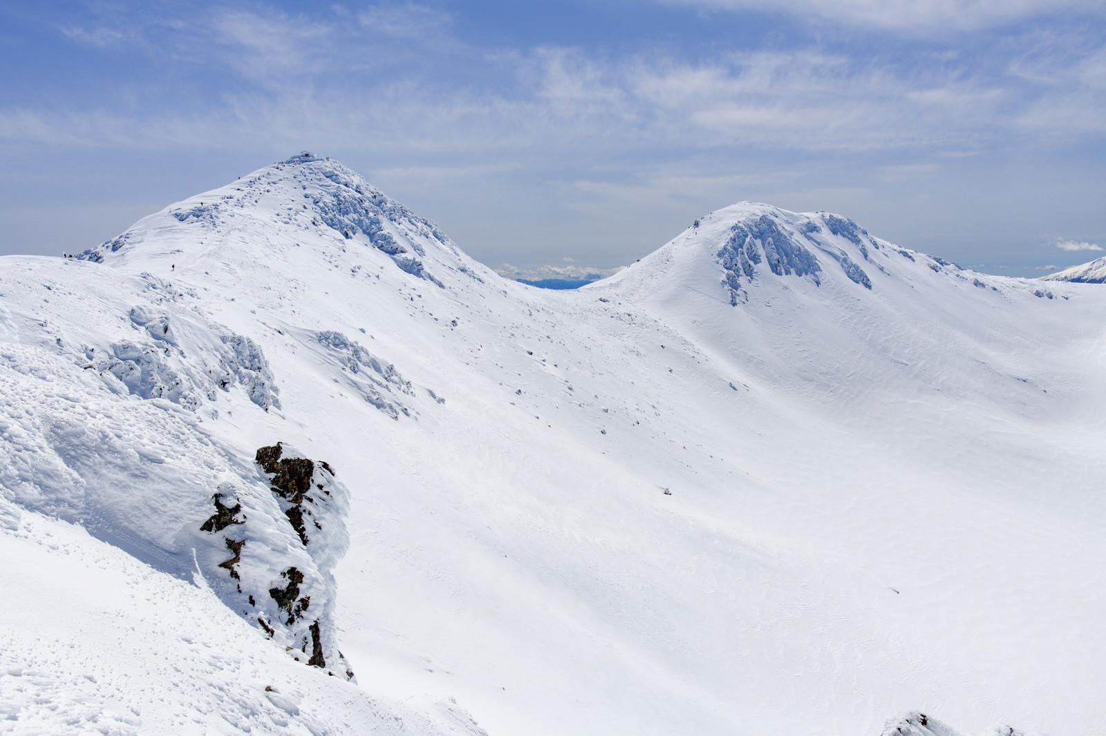 「雪に包まれた乗鞍岳の山頂」の写真