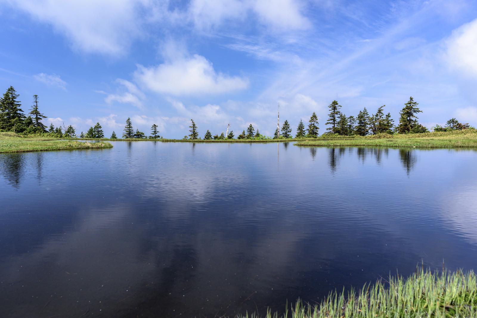 「中門岳の水鏡(中門大池)」の写真
