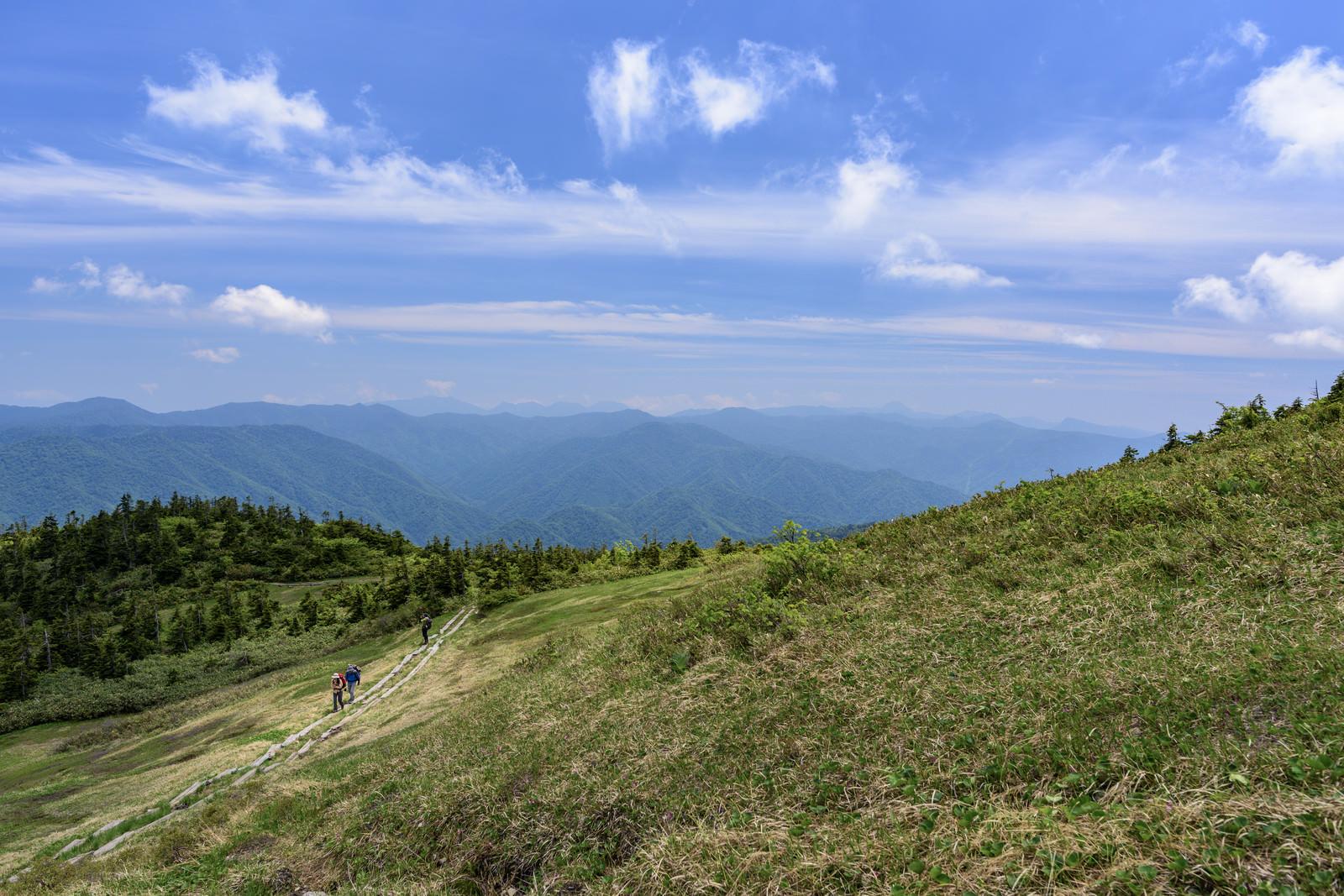 「会津駒ヶ岳を登る登山者たち(福島県南会津郡)」の写真