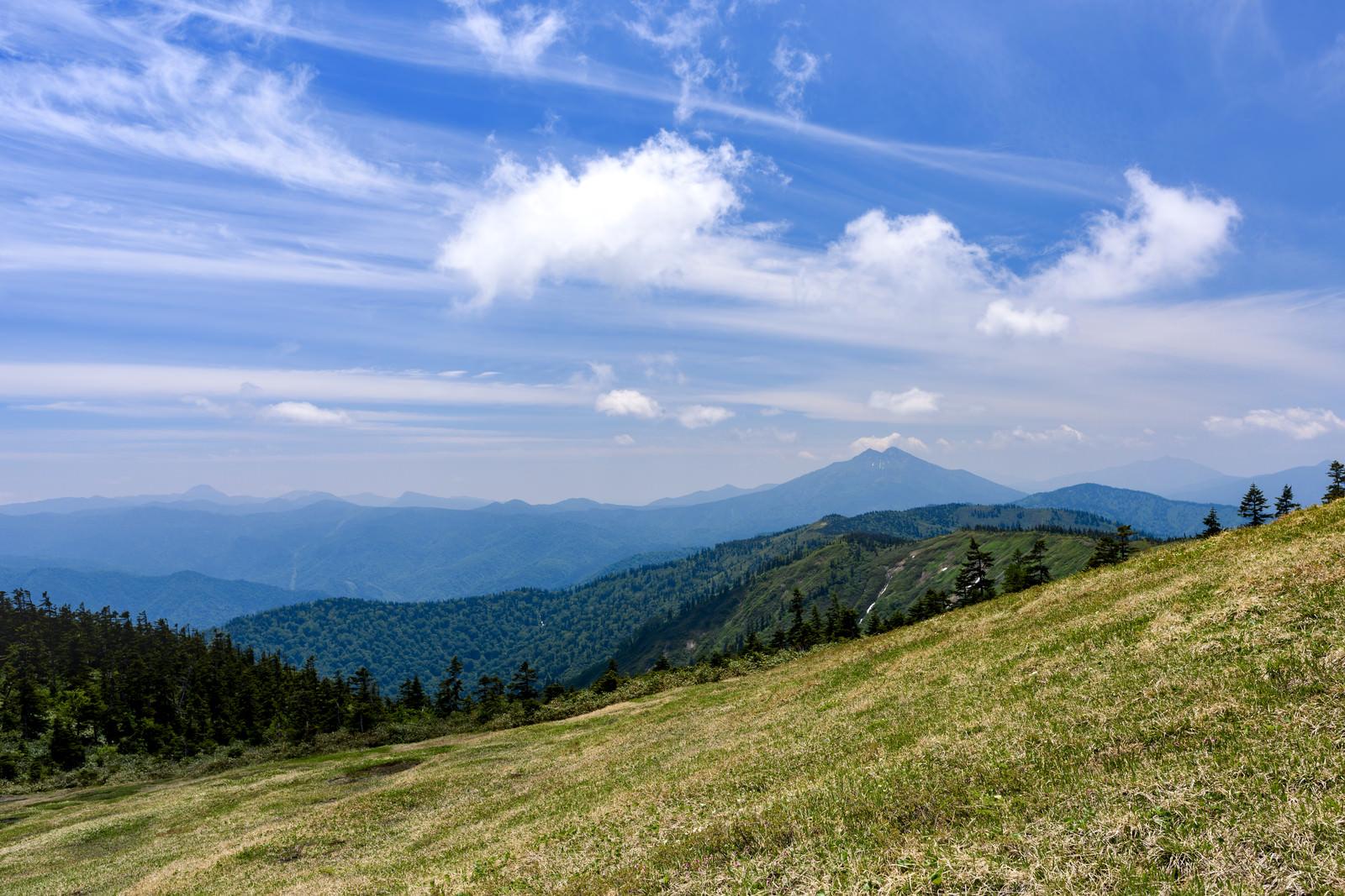 「会津駒ヶ岳稜線と燧ヶ岳(ヒウチガタケ)」の写真