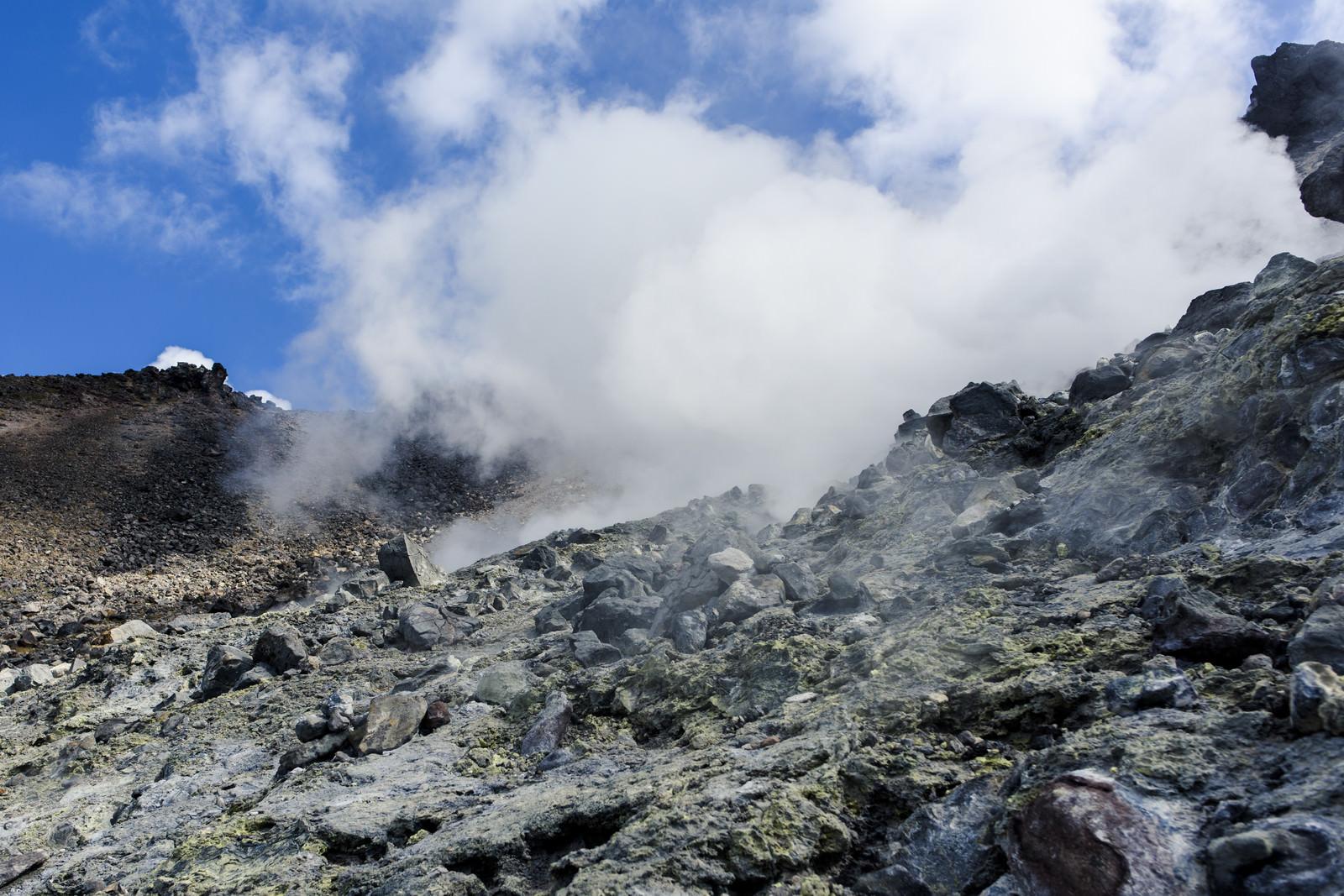 「噴気に包まれる那須岳の登山道」の写真