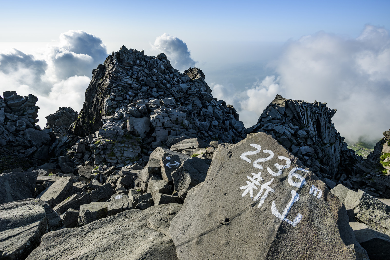 「2236m新山と書かれた鳥海山山頂」の写真