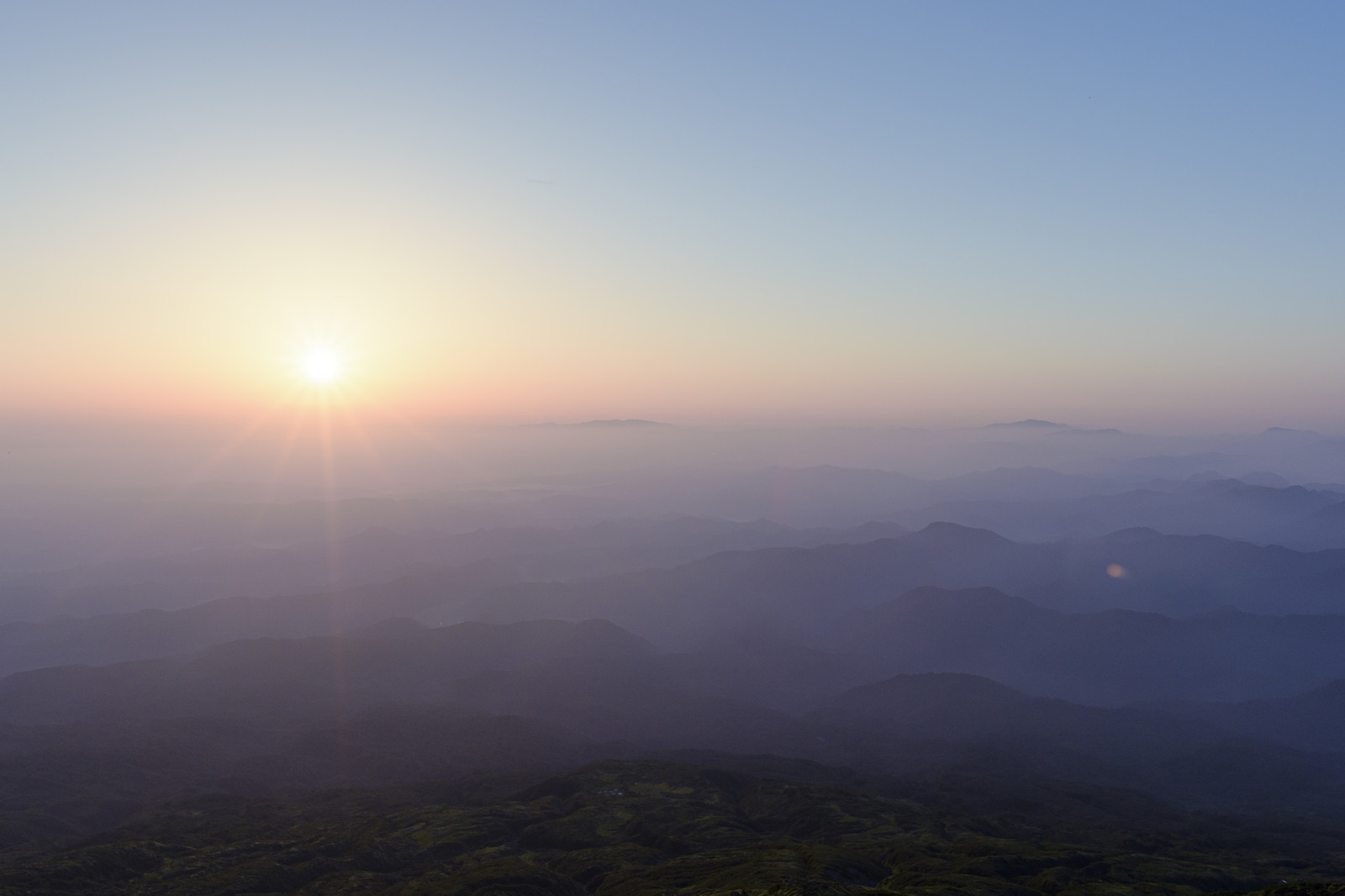 「真っ白に染まる鳥海山の朝」の写真