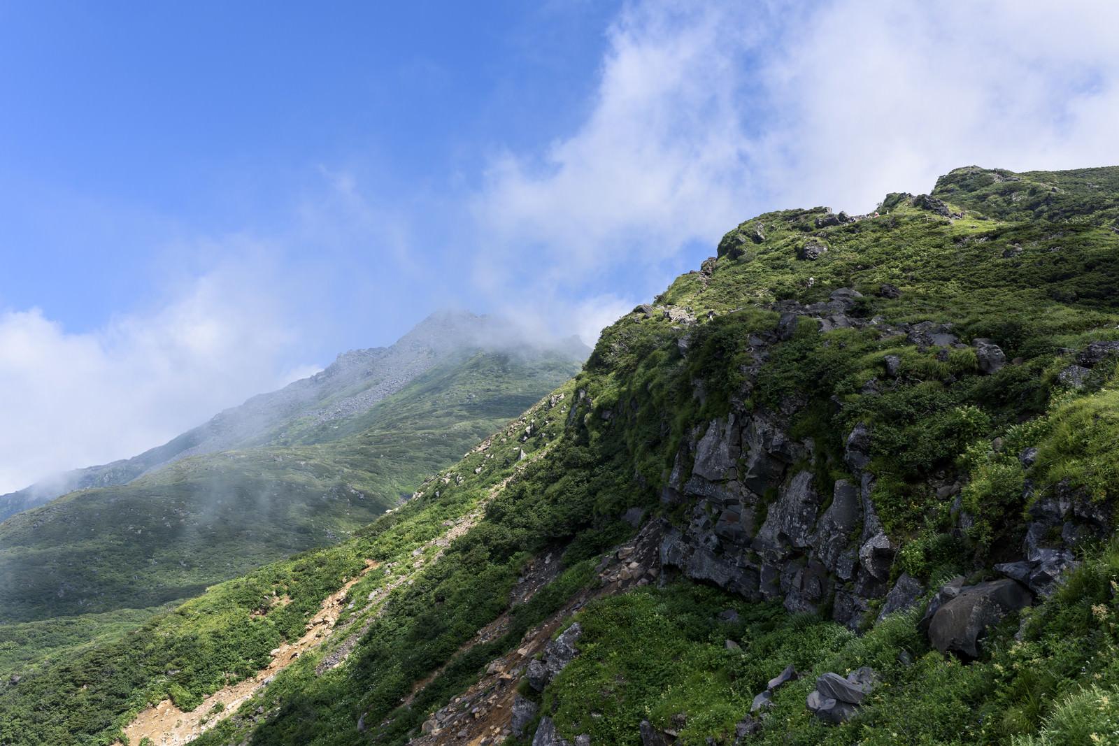 「雲に包まれた鳥海山山頂」の写真