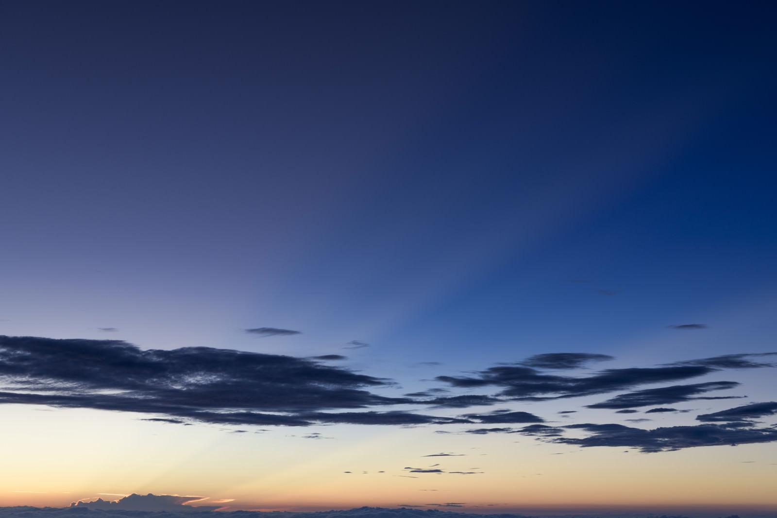 「鳥海山で見る朝の空」の写真