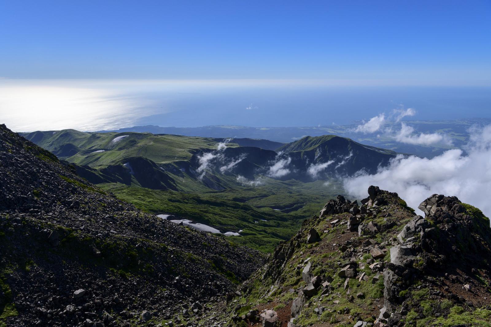 「鳥海山外輪七高山から見る日本海方面」の写真
