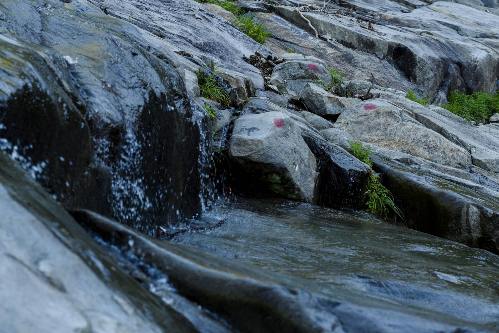 「水が滴り滑る岩」の写真