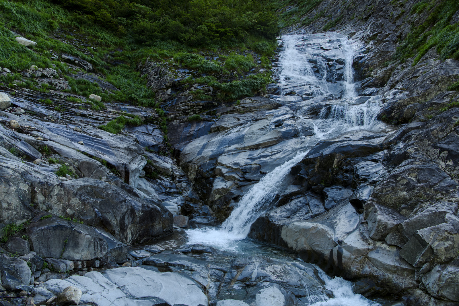 「岩場がつづくヌクビ沢登山道の景色(巻機山)」の写真
