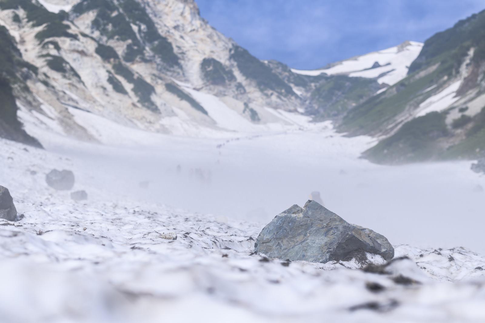 「大雪渓に転がる落石(白馬岳)」の写真