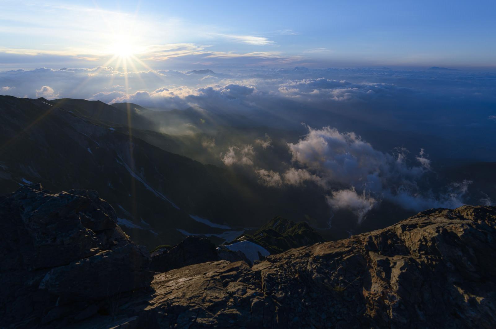 「白馬岳山頂から見る朝日」の写真