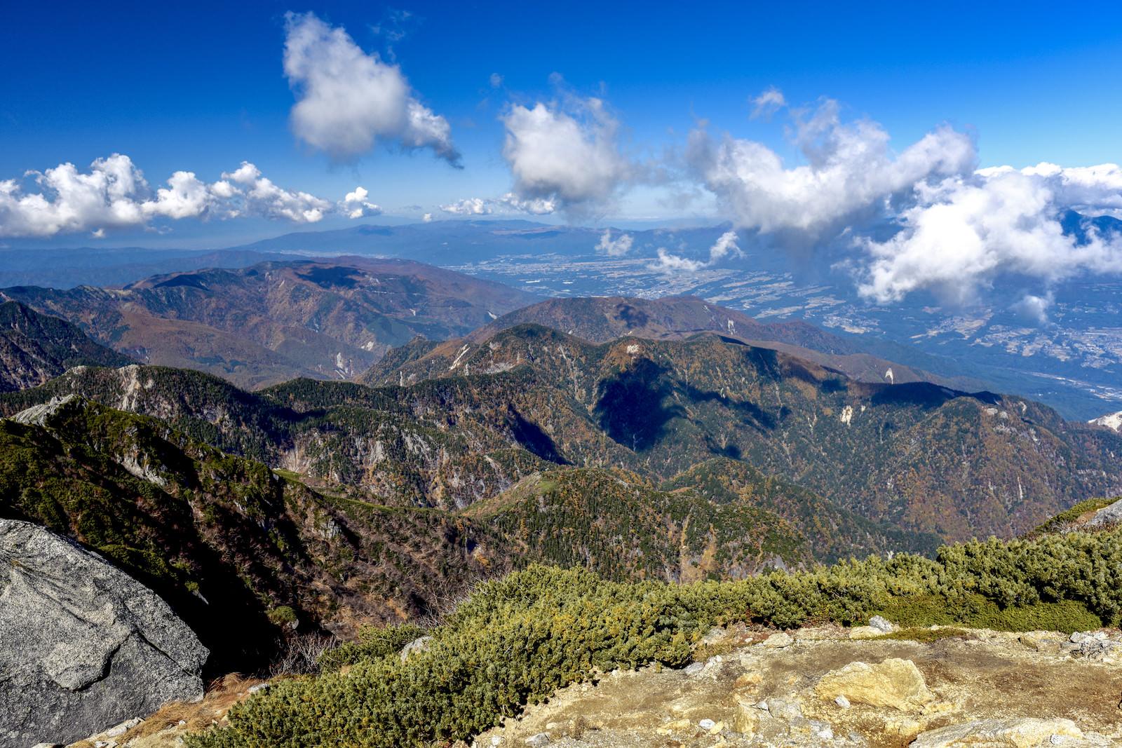 「甲斐駒ヶ岳山頂から見る紅葉の南アルプスの景色」の写真