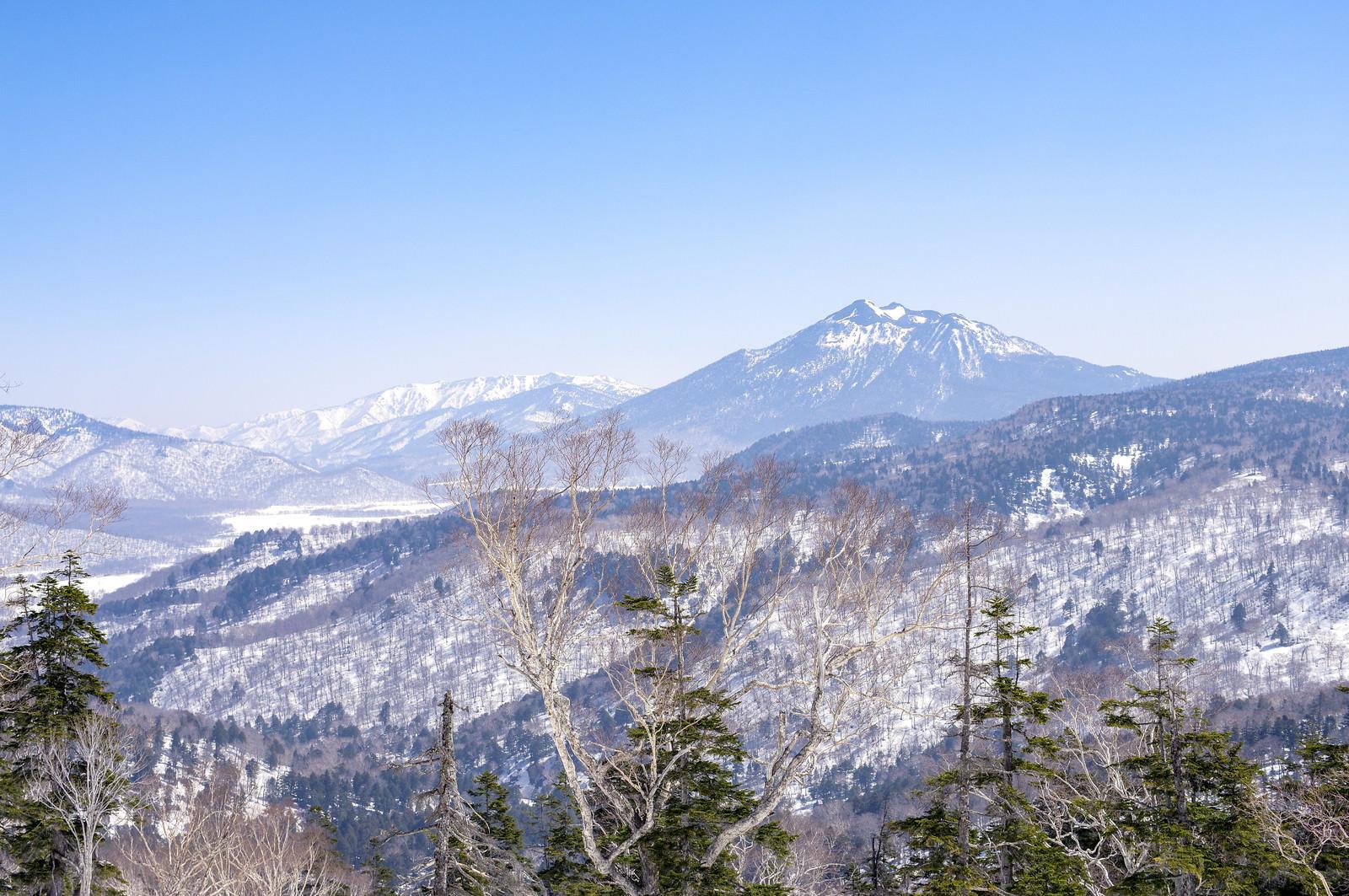「至仏山方面から見る4月の燧ヶ岳(ひうちがたけ)」の写真