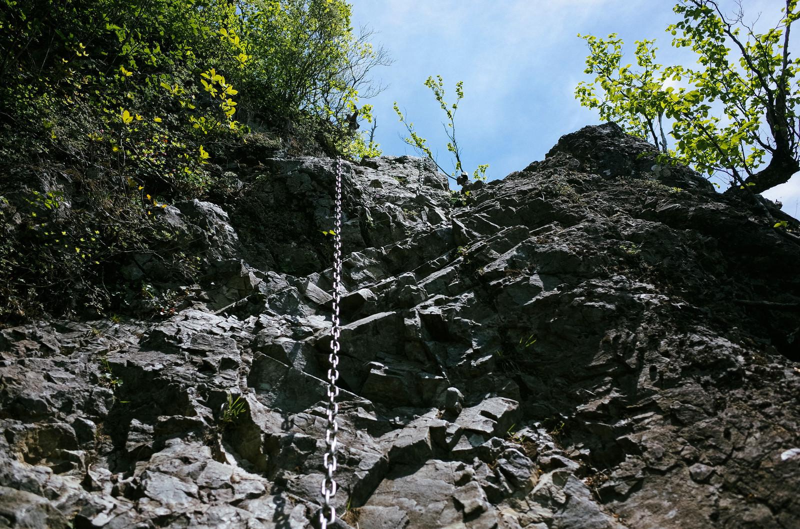 「鎖を使って上り下りする必要がある八丁尾根の登山道中(両神山)」の写真