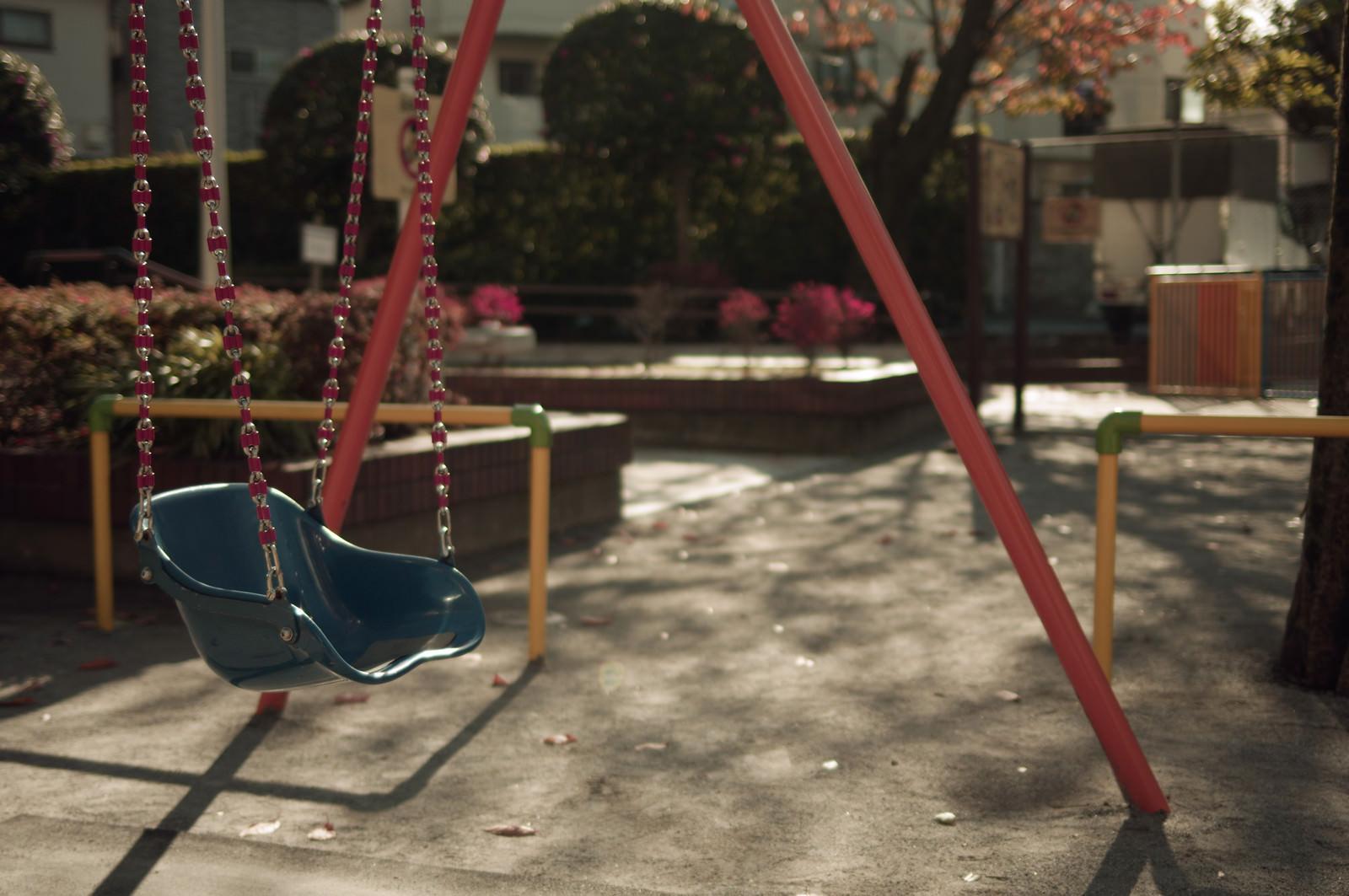 「誰もいない公園とブランコ」の写真