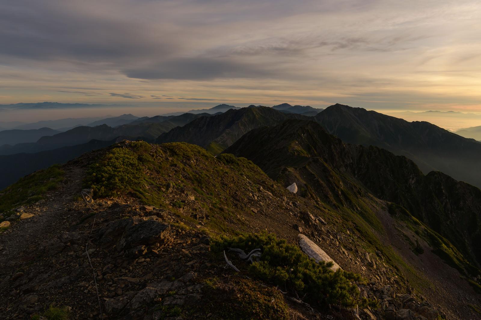 「朝日に照らされる南アルプス南部の稜線」の写真