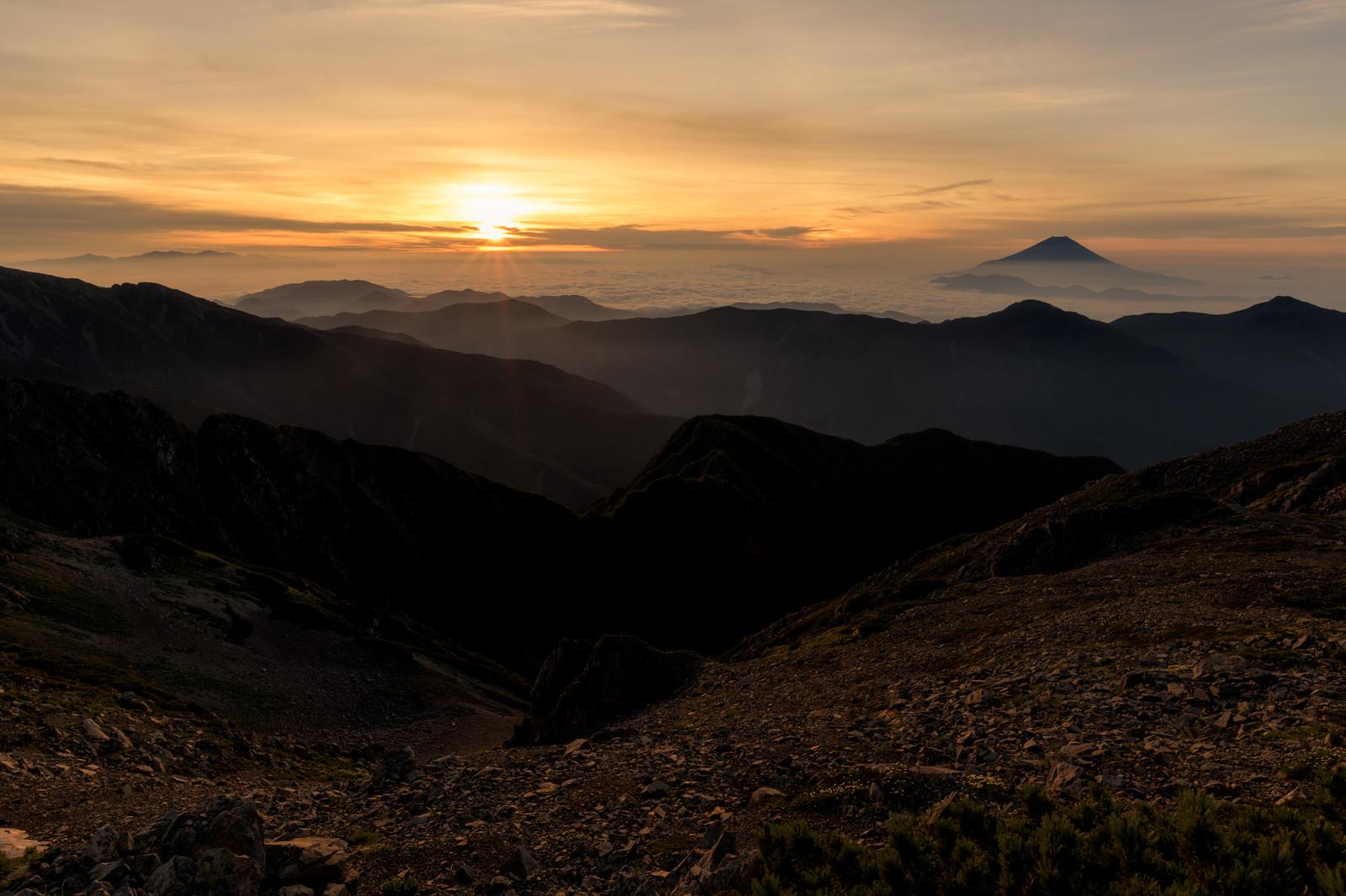 「赤石岳山頂から拝むご来光と富士山(南アルプス)」の写真