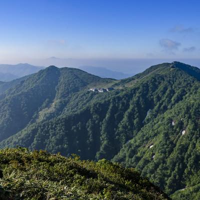西黒尾根から見る谷川岳ロープウェイの写真
