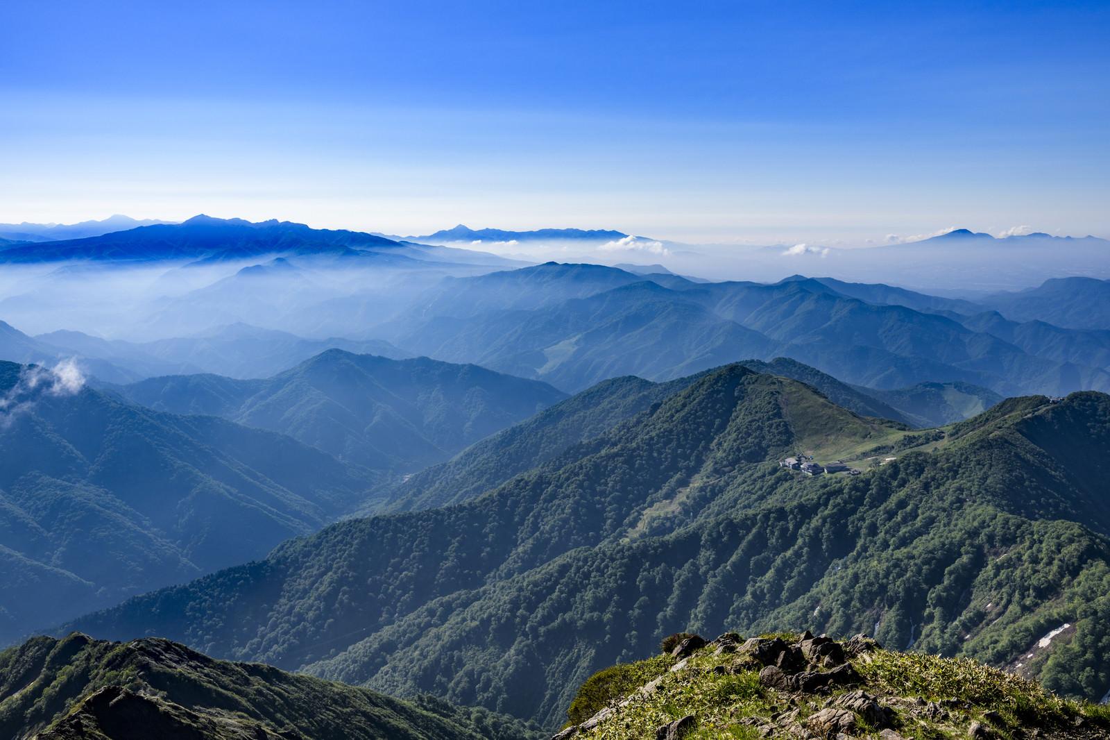 「薄雲に包まれる西黒尾根から見る谷川岳ロープウェイ」の写真