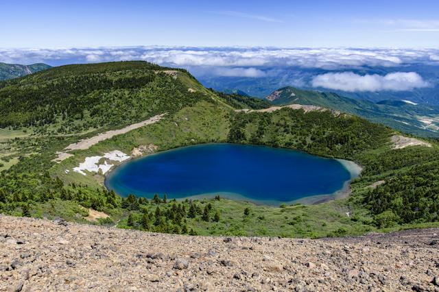 一切経山山頂から見る魔女の瞳(五色沼)の写真