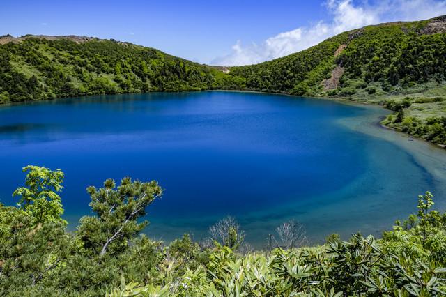 神秘的な青いカルデラ湖(魔女の瞳)の写真