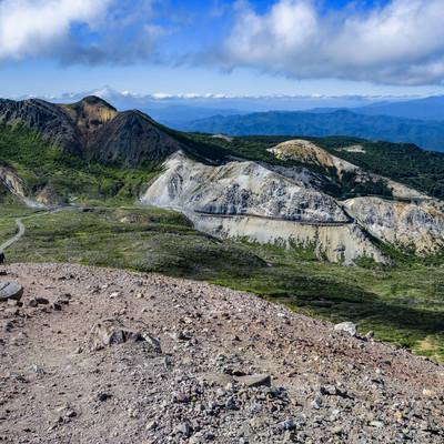 吾妻小富士から見るスカイラインと登山道(吾妻連峰)の写真
