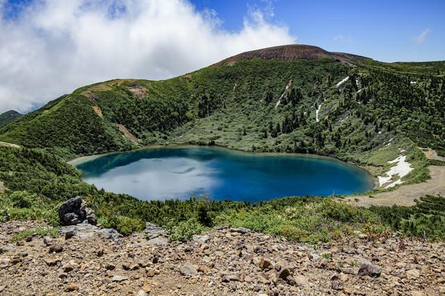 家形山から見る一切経山とカルデラ湖(魔女の瞳)の写真