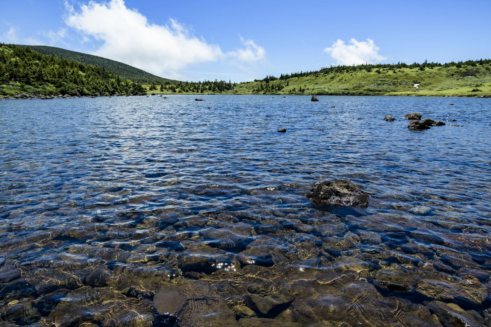 「青空が映り込む山の上の湖(吾妻連峰)」の写真
