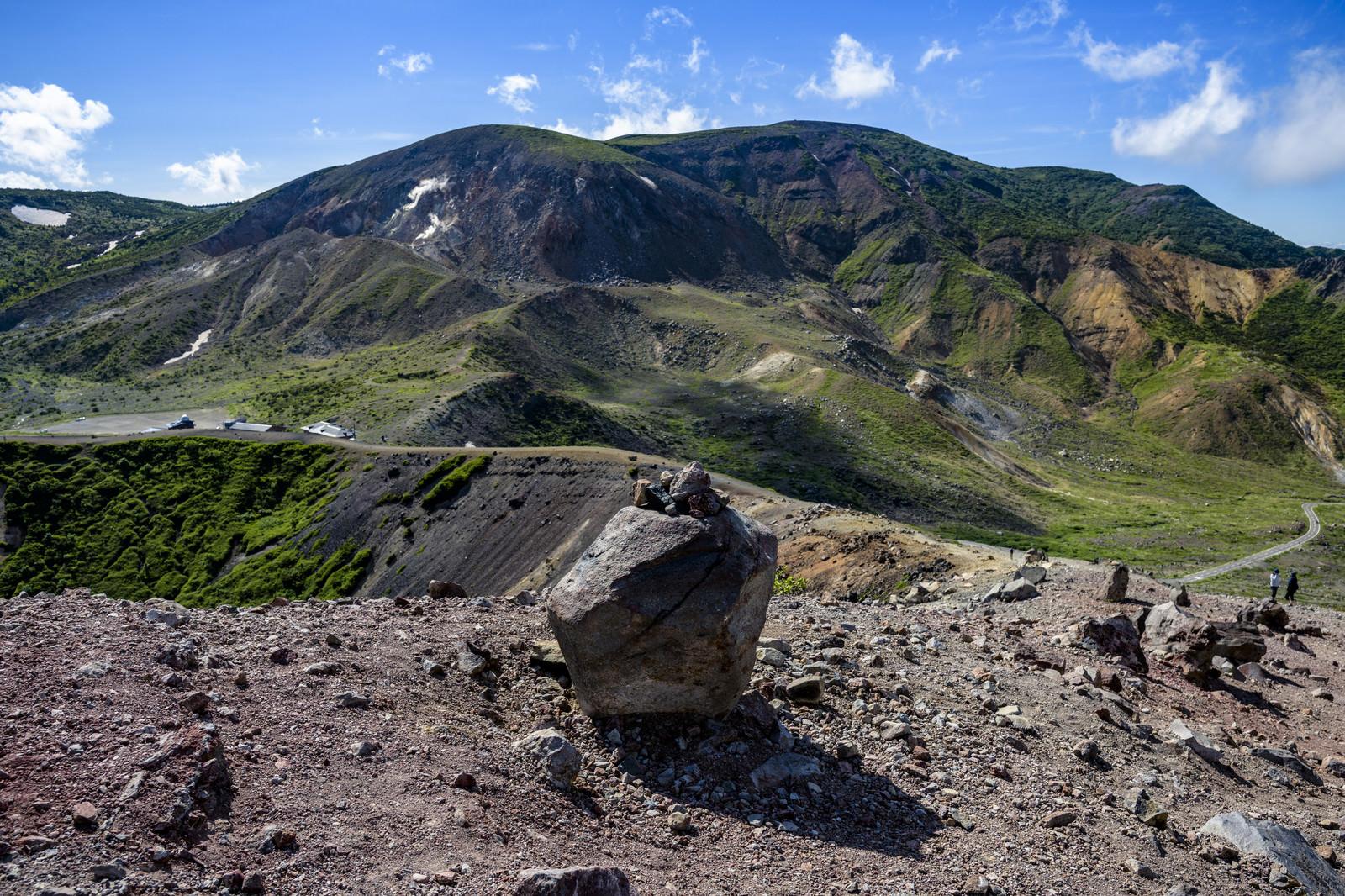 「浄土平に転がる火山岩と一切経山の山並み(吾妻連峰)」の写真