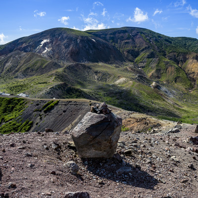 浄土平に転がる火山岩と一切経山の山並み(吾妻連峰)の写真
