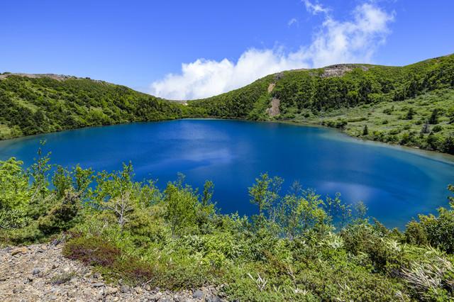 真っ青な水を携えたカルデラ湖(魔女の瞳)の写真