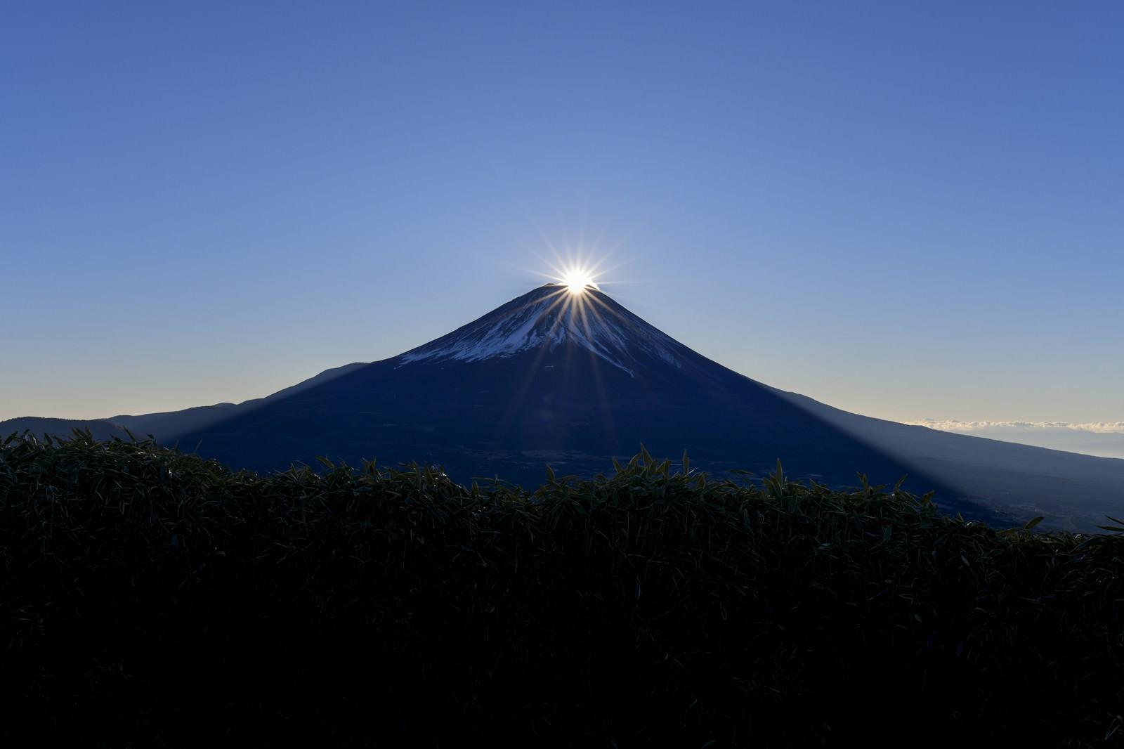 「顔を出したばかりのダイヤモンド富士」の写真