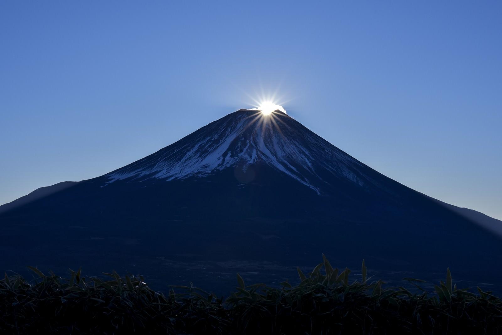 「山頂に登り始めた太陽(富士山)」の写真