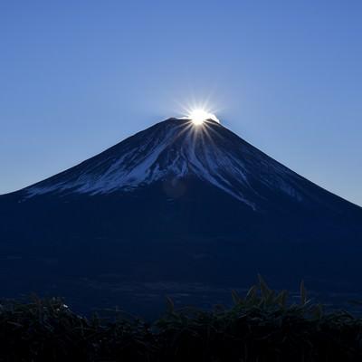 山頂に登り始めた太陽(富士山)の写真