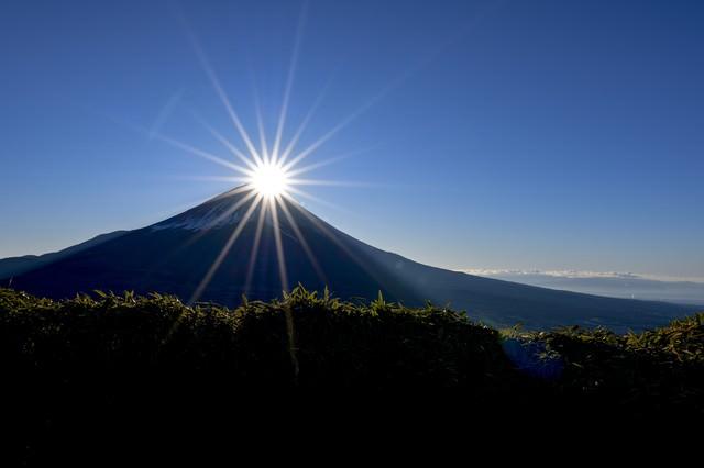 光芒とダイヤモンド富士(竜ヶ岳)の写真