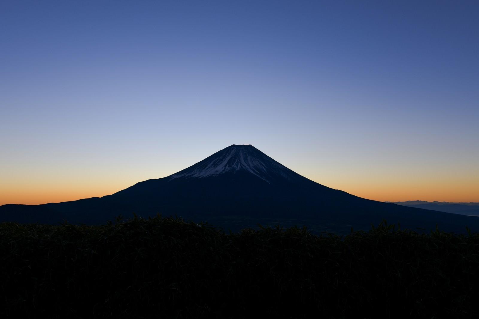 「夜明け前の富士山と朝焼け(竜ヶ岳)」の写真